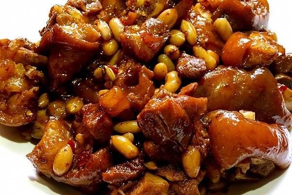 花生红枣焖猪蹄的做法