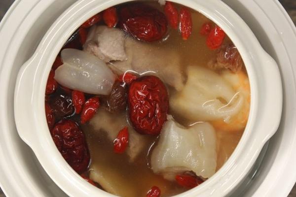 红枣花胶排骨汤的做法