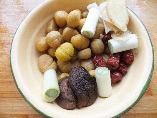 板栗红枣炖鸡汤的做法步骤